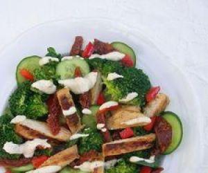 Sałatka z grillowaną piersią, brokułem i dressingiem musztardowym