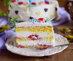 Tort śmietankowy z frużeliną truskawkową
