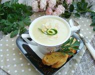 Kremowa zupa z cukinii z serkiem topionym i prażonymi migdałami