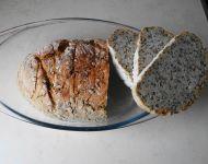 Chleb z garnka z ziarnami.