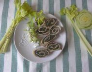 Zrazy wieprzowe faszerowane szpinakiem podane z sałatką z selera naciowego.