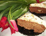 Marchewkowe ciasto z polewą i orzechami