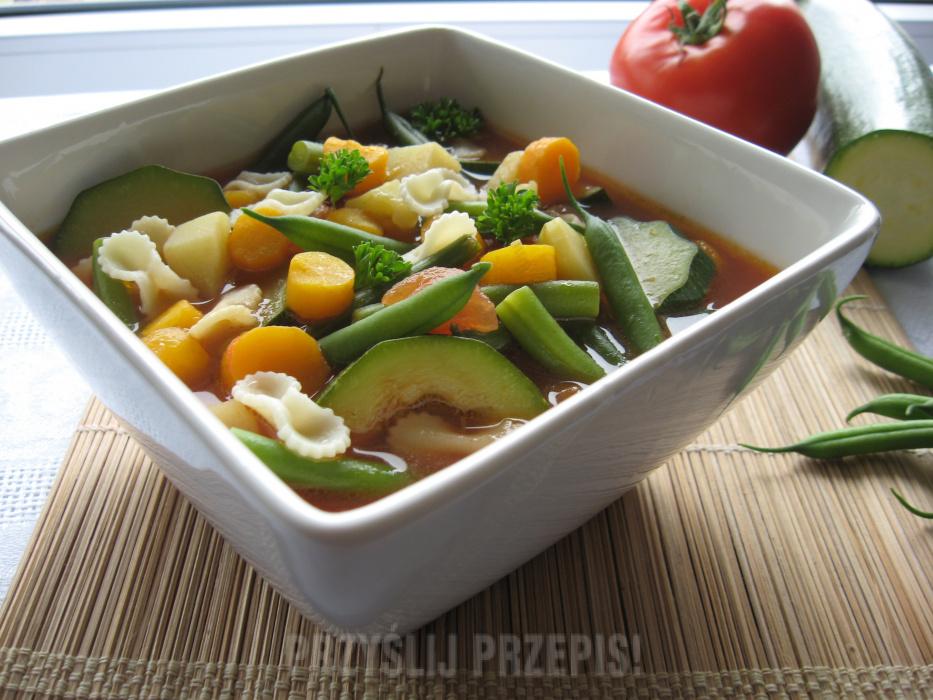 Zupa jarzynowa z fasolką i cukinią, czyli włoska minestrone