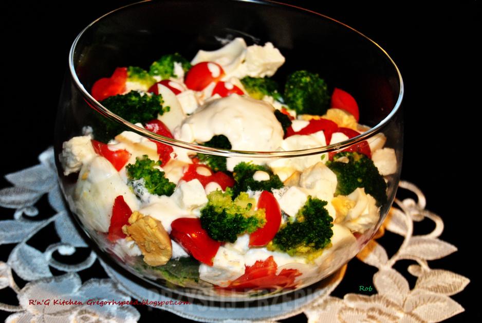 Salatka Z Brokulem I Serem Feta Z Sosem Czosnkowym Przyslijprzepis Pl
