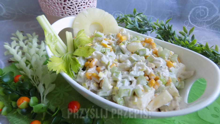Salatka Z Selerem Naciowym Ananasem I Gotowanym Kurczakiem