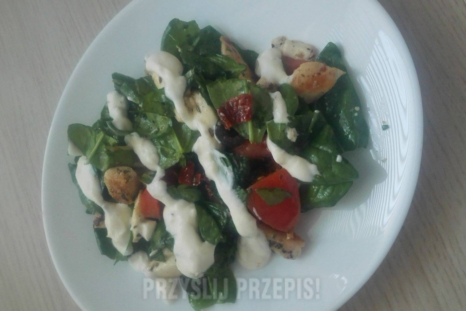 Salatka Ze Szpinakiem Kurczakiem Pomidorem I Sosem Czosnkowym