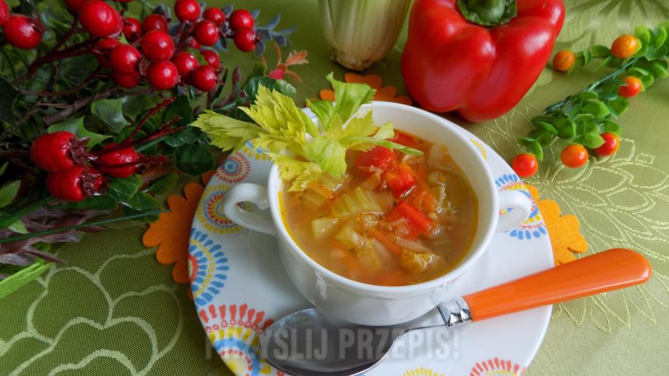 Zupa warzywna z selerem naciowym i papryką