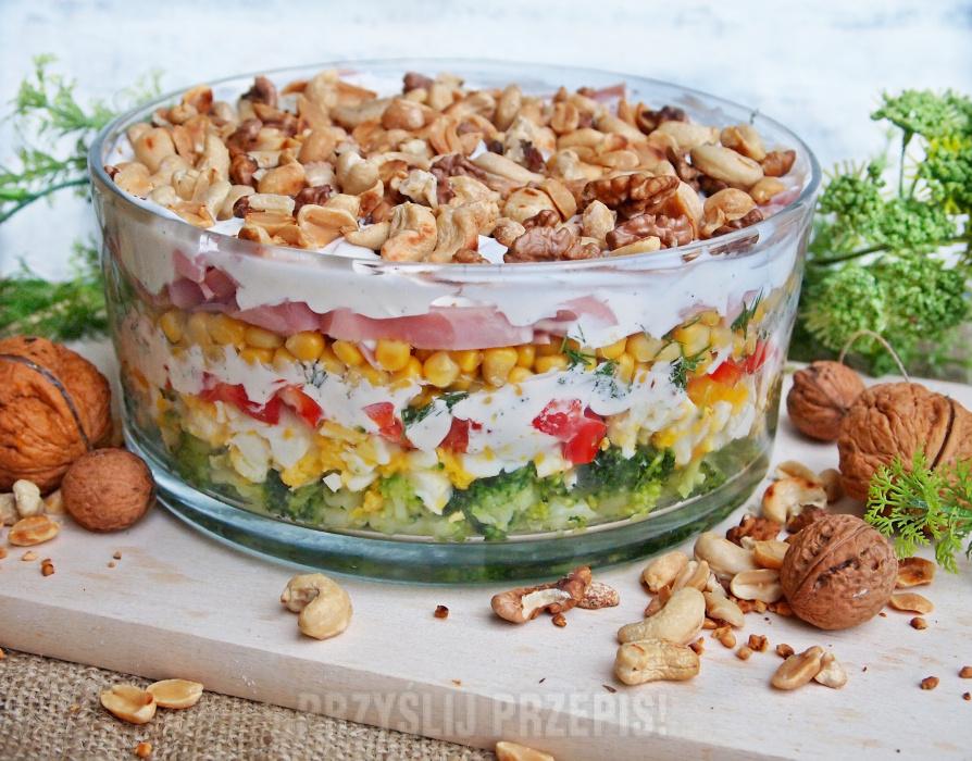 Kolorowa Salatka Warstwowa Z Brokulem Szynka I Prazonymi Orzechami