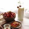 Waffles z truskawkami, jogurtem greckim, oprószonym kakao