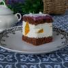 Biszkopt z kremem jogurtowo – brzoskwiniowym i jagodowym