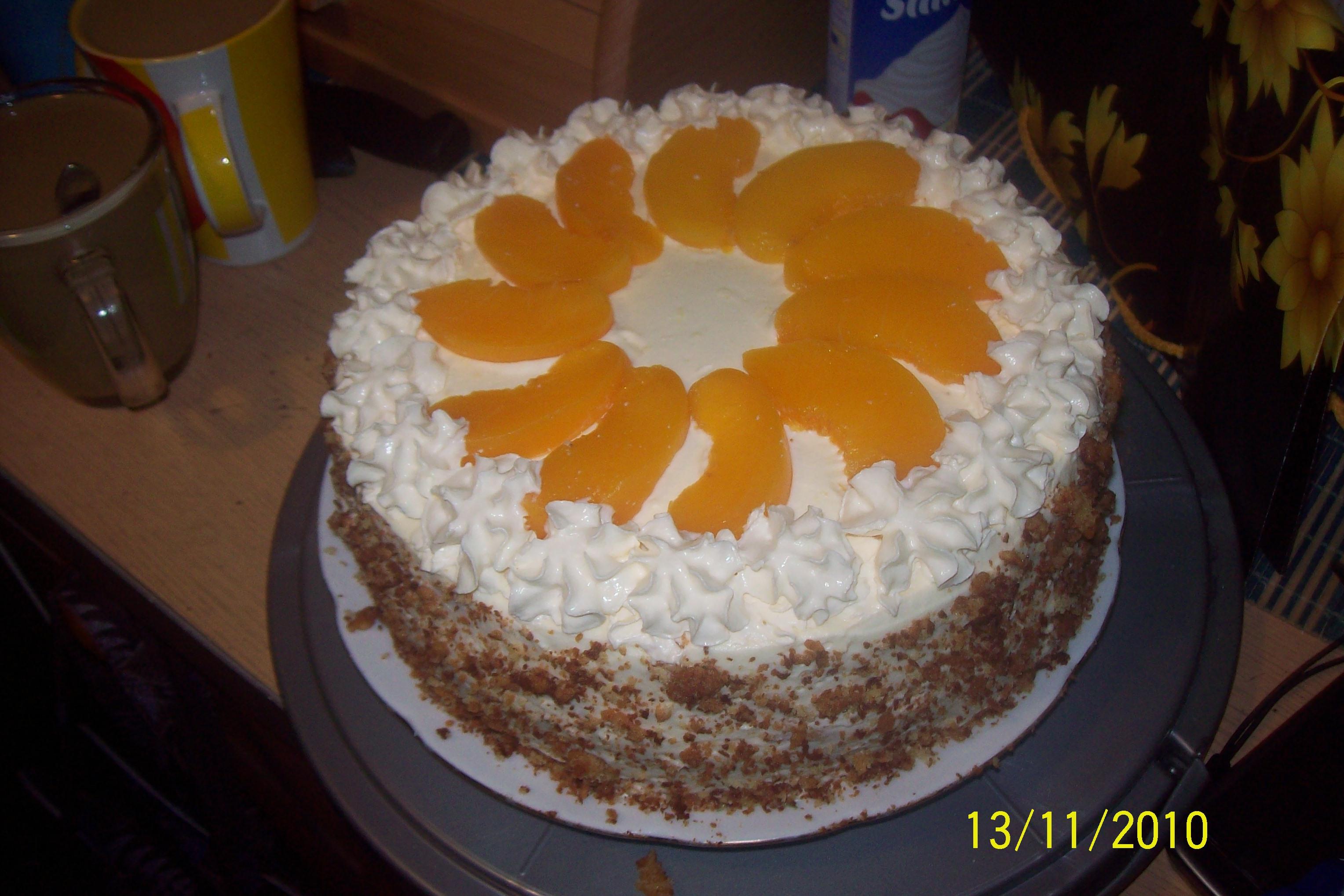 tort urodzinowy z serkiem mascarpone i brzoskwiniami