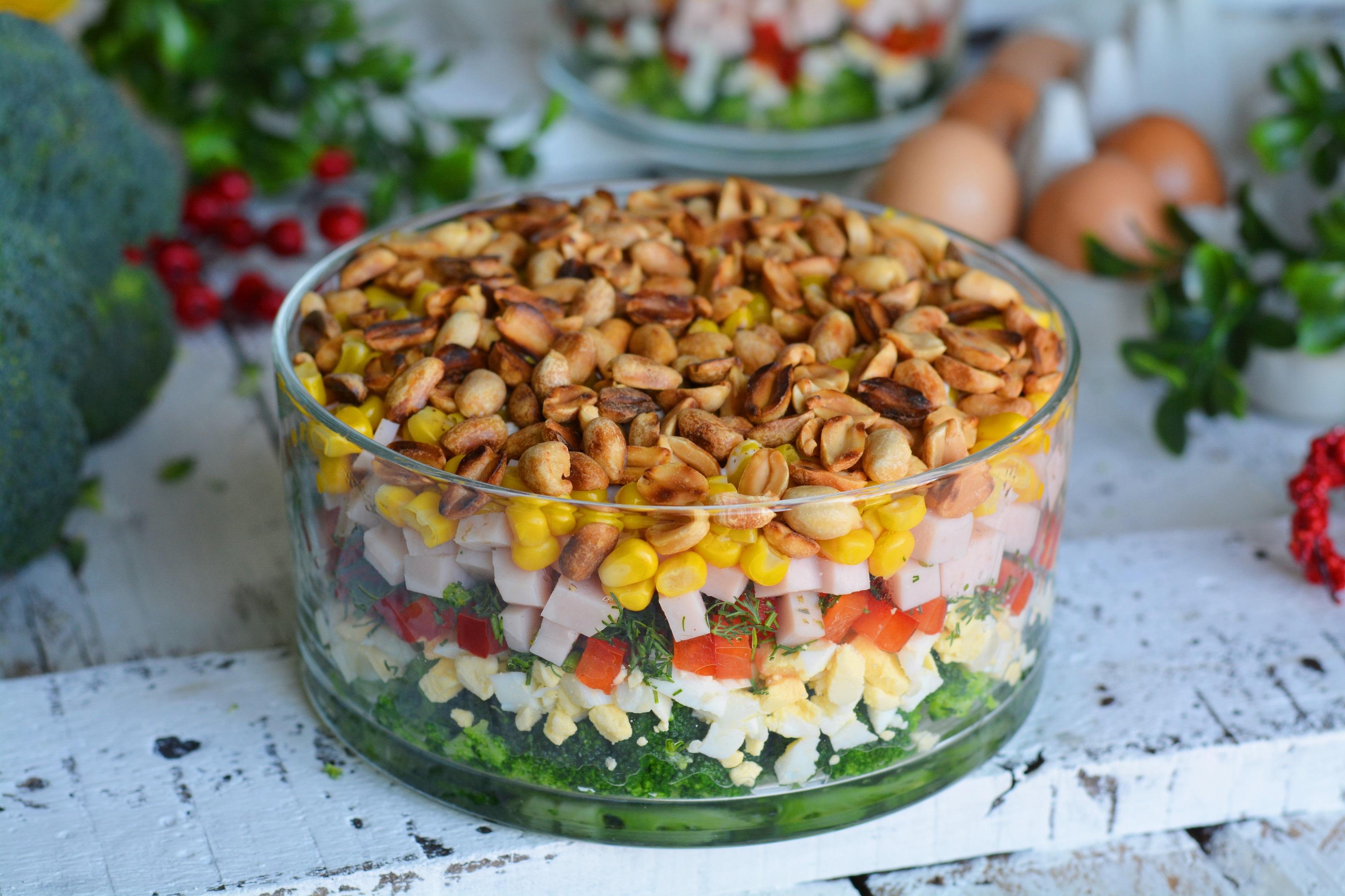 Warstwowa Salatka Z Brokulami Pieczarkami I Szynka Przyslijprzepis Pl