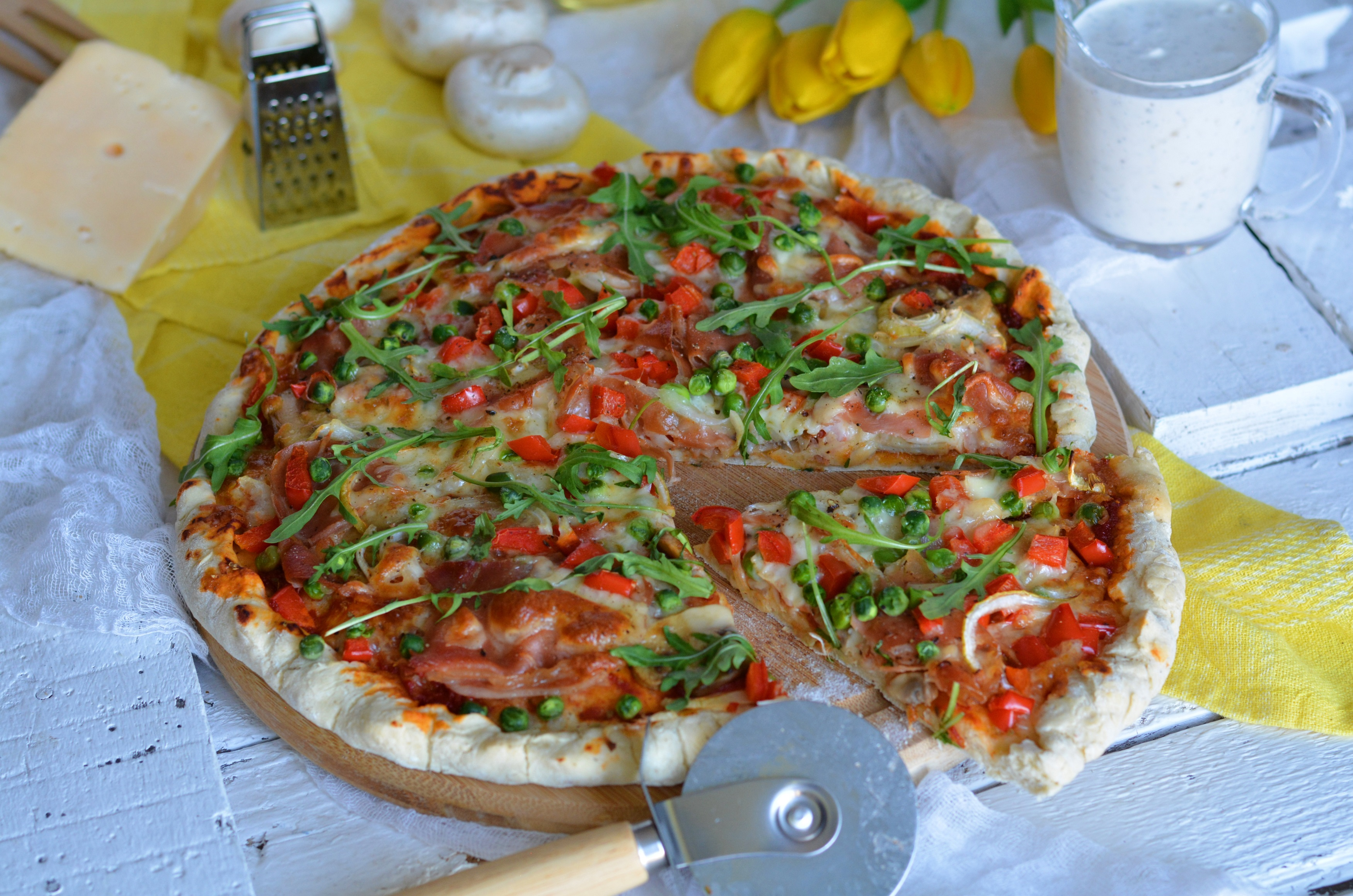 Pizza Z Szynką Serrano Pieczarkami I Zielonym Groszkiem